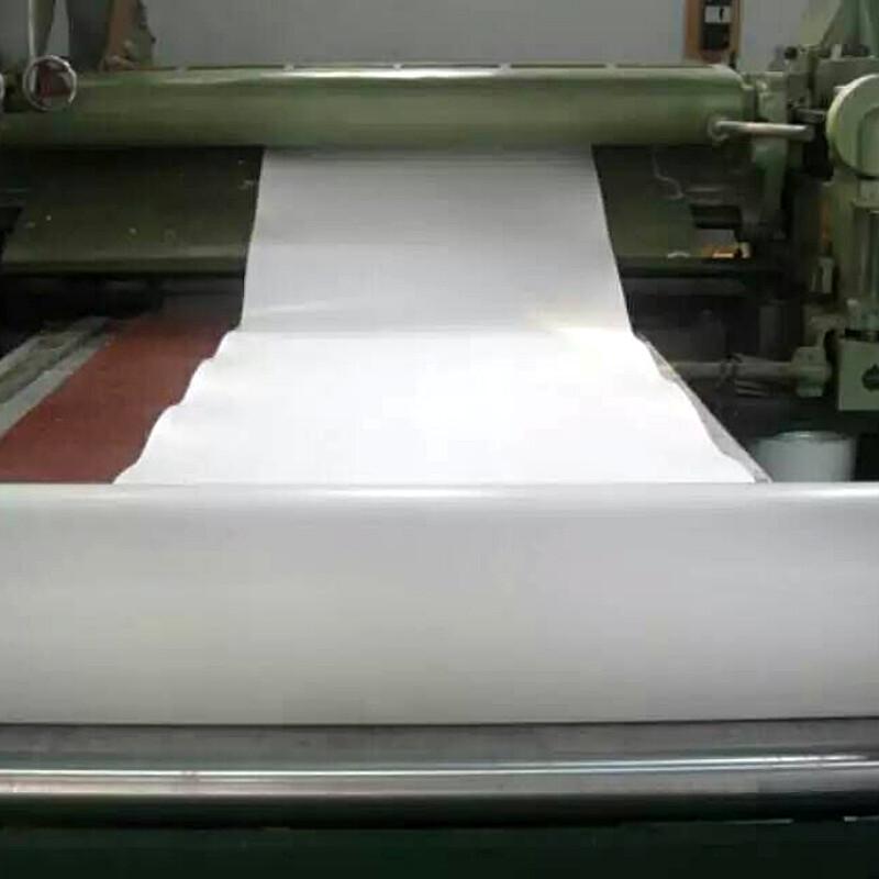 可以通过机械冲压或手工裁剪成任何形状的垫片,是您的工作变得更加简便。 2. 适用于粗糙表面的密封 膨体聚四氟乙烯垫片具有独特顺应成型能力,无需增加多少压力就能在粗糙或受损的法兰面上产生良好的密封效果。 3. 极强的抗化学腐蚀性能 除融熔性碱金属,游离氟,三级核等极少数化学物质外不与任何化学物质起反应,在温度(315)允许范围所有密封场合都能应用,这将大大减少密封件的品种和数量。 4.